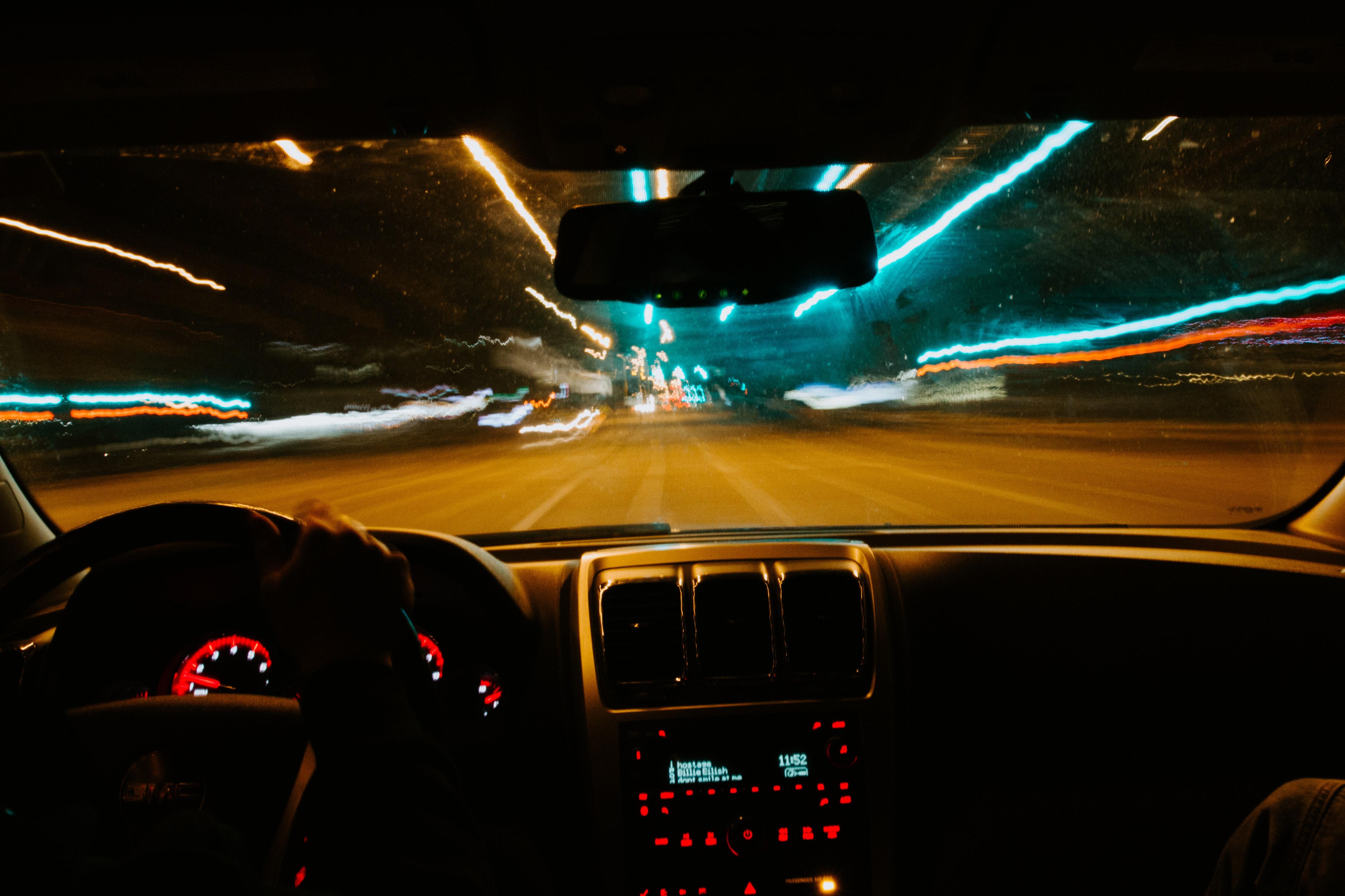 jazda v aute v noci na osvetlenej ulici